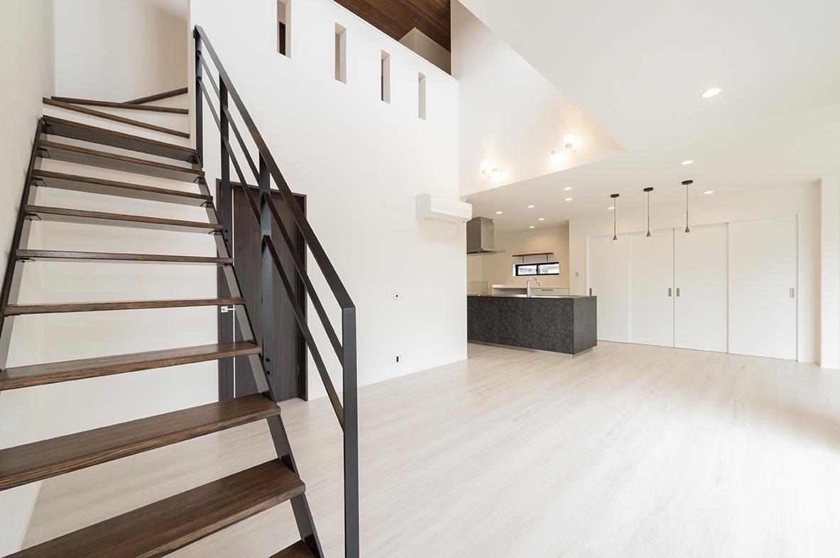 アイアンの階段がある黒と白のモダンの家