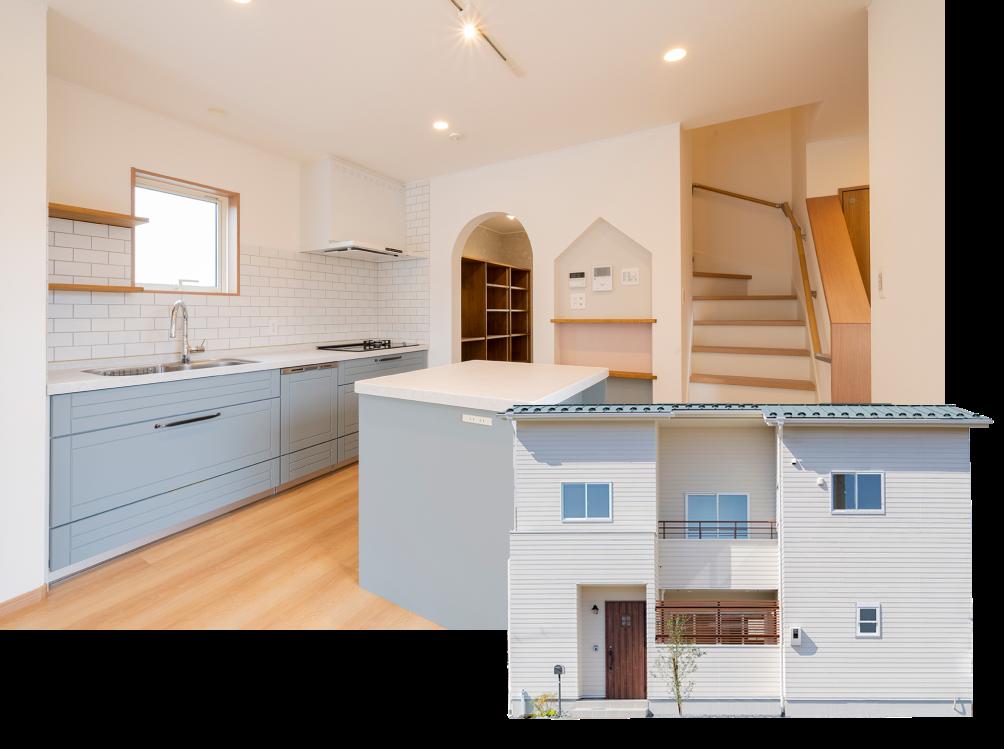 ブルーのキッチンと中庭テラスのある家